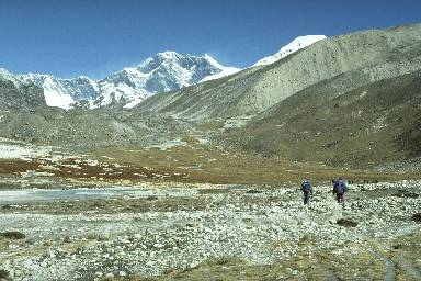Les lacs de Panch Pokhrie dans la haute vallée de l'Hunku et l'Everest (8846m)