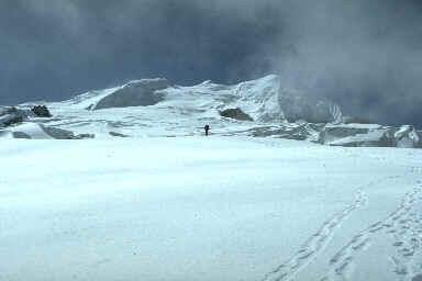 Le Mera Glacier, au centre la petite calotte du Mera Peak