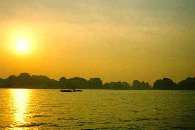 Lever du soleil à la Baie d'Halong