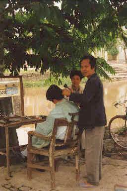 Un coiffeur en pleine rue