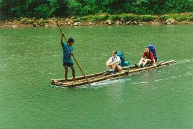 Traversée de rivière en radeau