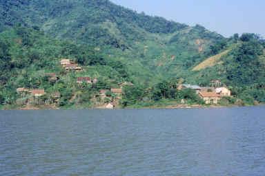 Village sur les rives de la Rivière Noire